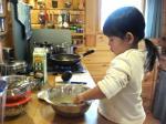 キッチンでパンケーキを作るcocchan