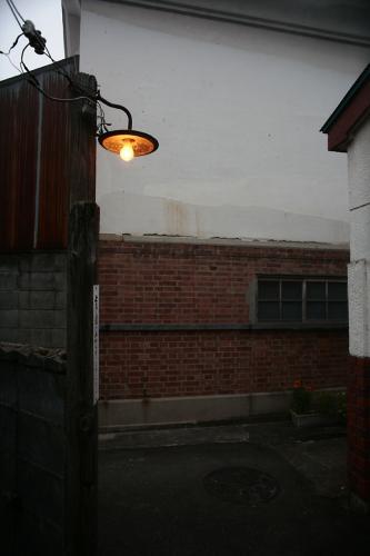 路地裏の電燈3