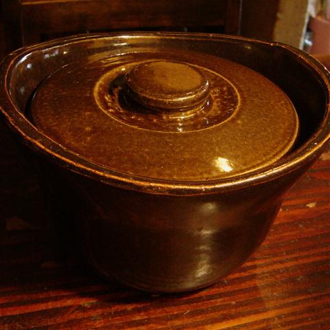 無印良品の土鍋おこげ。5000円也。 これ、実はもう三代目なんです。使いすぎ? 自宅にはもっと高級な38000円ぐらいする有名な土鍋ありますけど、5000円でも十分  ...