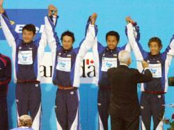 メダルを獲得した男子リレー陣