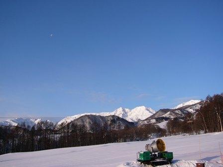 紺碧の空に浮かぶ月と北アルプス