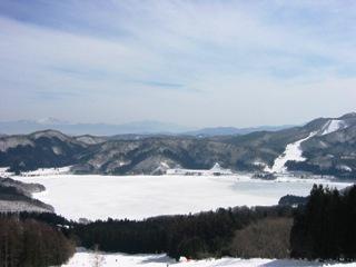 湖面が凍って真っ白になった青木湖
