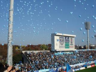 選手入場時に「青い風船」が一斉に昇っていく