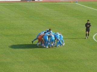 試合前、城を中心に円陣を組む横浜FC
