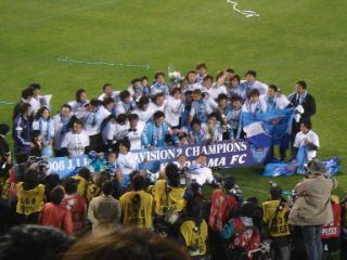優勝記念撮影に収まる横浜FCイレヴン