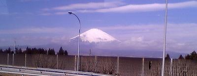 バスの車窓から見えた雪化粧の富士山