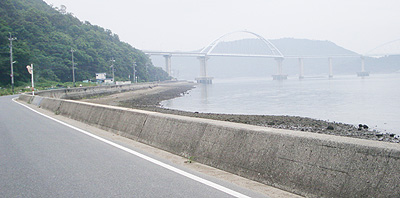 内海大橋も見える海沿いの道