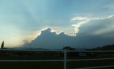 逆光に光る雲