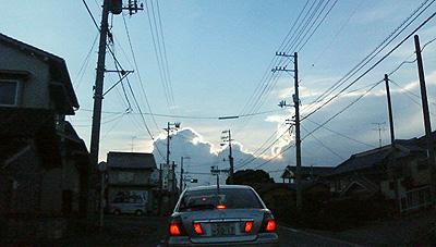 逆光に光る雲・電線が汚い