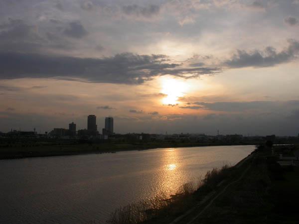多摩大橋より夕日を眺む