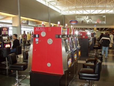 空港内のスロットマシン(笑)
