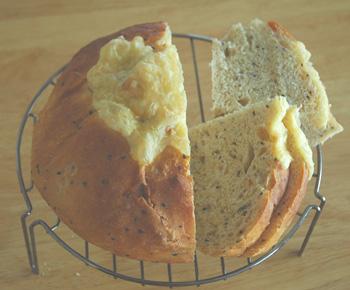 食べかけの黒ゴマきなこのパン