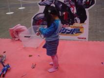 おもちゃで遊ぶ娘