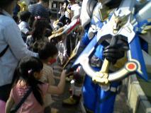 リュウケンドーと握手する娘