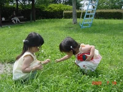 2005.7.19 二人で仲良くお花摘み.JPG