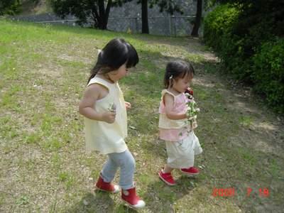 2005.7.19 お花を持って坂を下ります.JPG