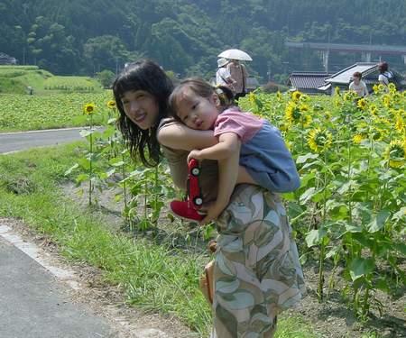 2005.8.5 ひまわり畑でもおんぶおばけの図~~.JPG