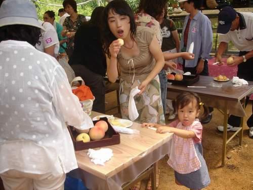 2005年8月5日 桃食べ放題会場にて お口あーーん!.JPG