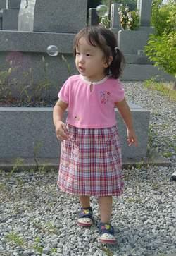 2005.8.15 お墓でシャボン玉(250).JPG