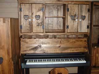 ピアノの蓋が机になっている収納アイデア.jpg