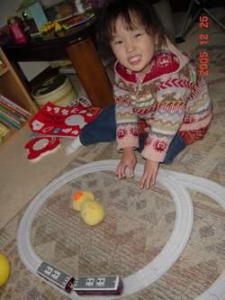 2005.12.25 プラレールで遊ぶのんちゃん.JPG