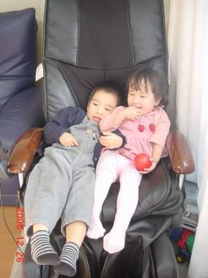 2005.12.26 仲良く遊ぶ二人.JPG