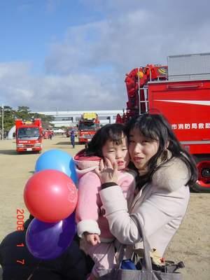 2006.1.7 消防出初式 ママとのんこ.JPG