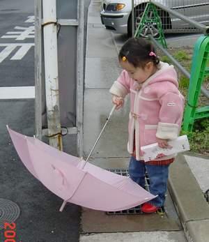 3.18 初めての傘2.JPG