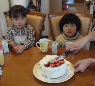 葵ちゃんとケーキ カット 待ってま~す