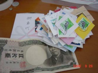 切手の山と発掘されたお金