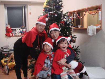 M家クリスマスツリー前でT母とTくんと