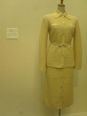 黄色いワンピーススーツ