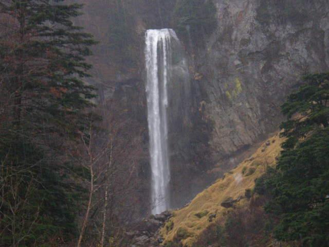 滝!大雨で崩落の危険アリということで、滝壺には近づけず。…残念!まあ遠くから見るのもおつなもんだしな。