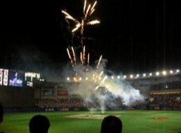 球場内で打ち上げ花火