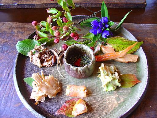 右上からべにひら茸、きのこのずんだ和え、サーモンといちじく、なんとか茸、なんとか茸の炒めもの、真ん中がじゅんさい