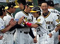 6/12日本ハム戦、6回に甲子園初アーチを放った赤星はナインの出迎えに笑顔で応える