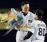 横浜3回戦で904試合連続全イニング出場を果たし、岡田監督から祝福される阪神の金本知憲外野手=大阪ドーム