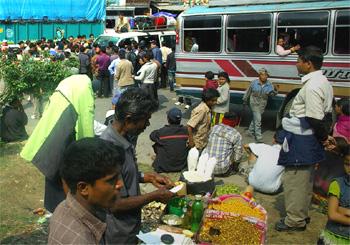 ネパールのバスが渋滞になったら集まってきた物売達の写真
