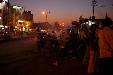 ゴラプール駅前の画像。治安が悪そう・・・