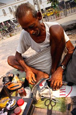 コルカタ、サダルストリートで出会った靴修理職人の写真