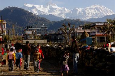 ポカラの子供達とヒ山脈の画像