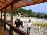乗馬中。2歳以下の子供は、親同伴でOK。3歳以上は、一人で。
