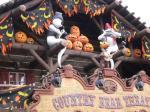 街中がハロウィンの飾りつけで盛り上げます。