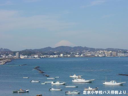 走水小学校バス停前にて。                   富士山がとってもよく見えましたよ?(^O^)ノノ